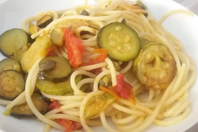 pasta-zucchine-pomodorini-capperi-ricetta-il-pizzico-di-sale