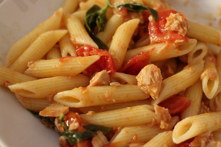 pasta-tonno-pomodorini-ricetta-economica-pizzico-di-sale
